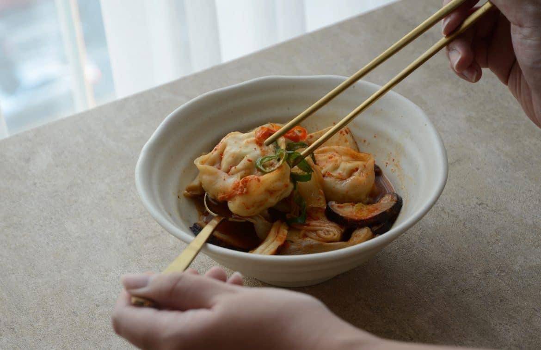 韓國人吃韓式餃子火鍋