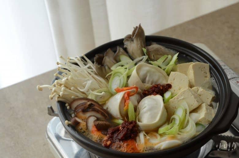 韓式餃子火鍋上菜